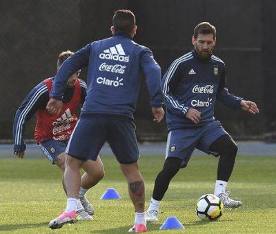 Leo Messi. Rondo de entrenamiento. Ejercicio de fútbol.