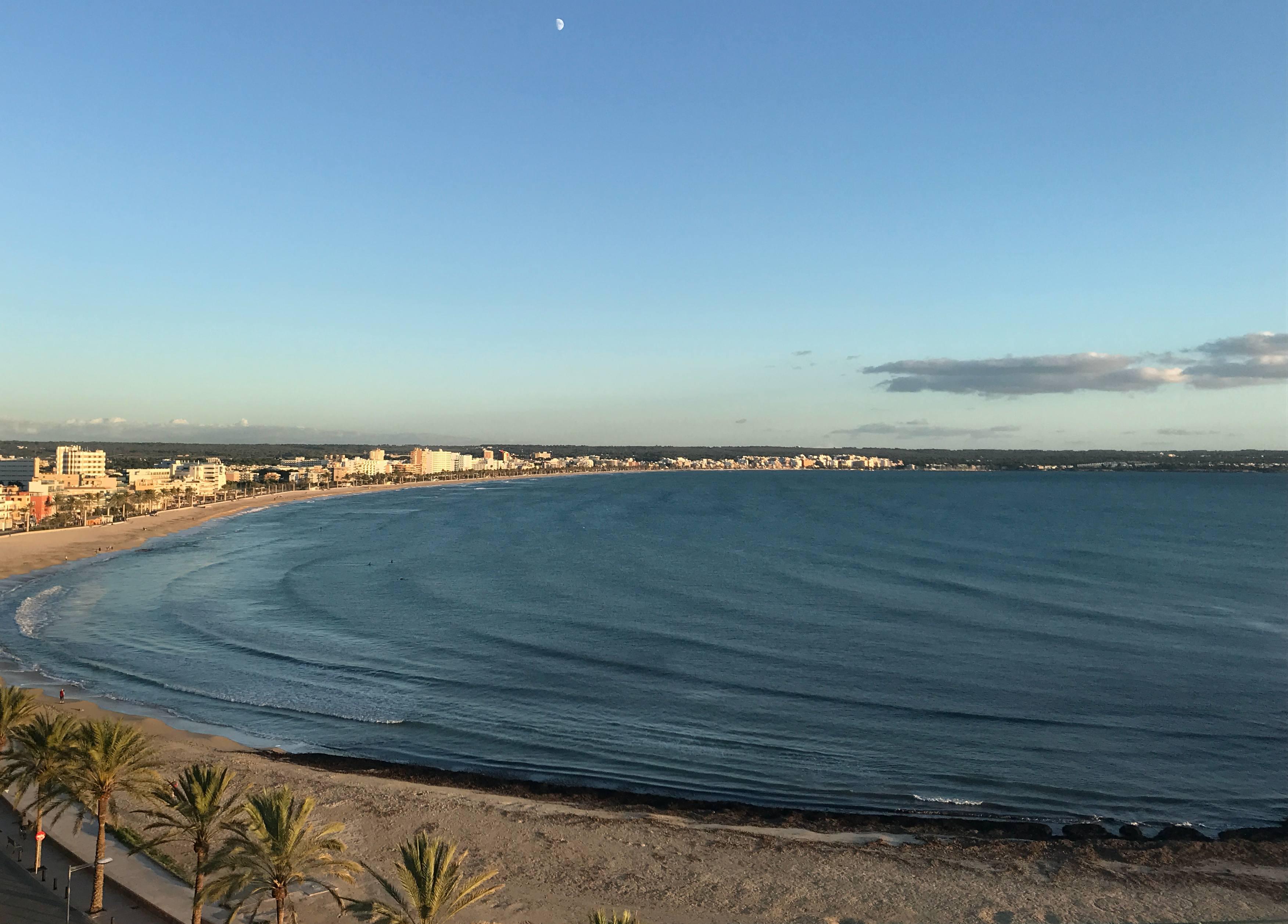 Vista panorámica de la Playa de Palma desde el Skybar del Hotel Las Arenas en Can Pastilla